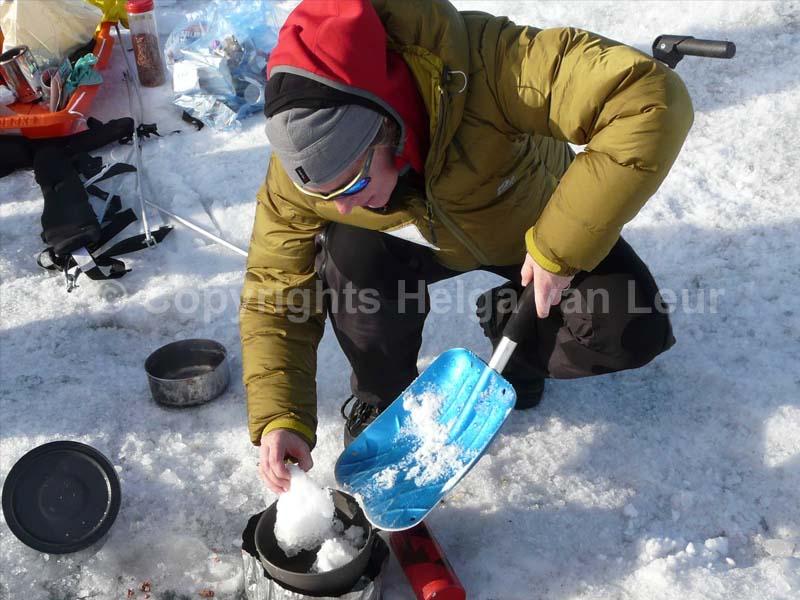 ijs smelten om met kokend water eten te kunnen maken