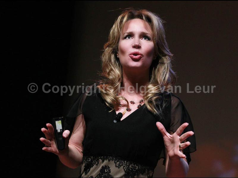 Helga in actie tijdens lezing over klimaat en duurzaamheid (kleding: Monique Collignon)