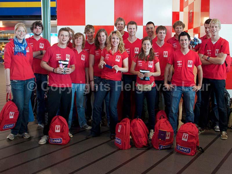 19e teamlid (ik) zwaait overige 18 uit op Schiphol